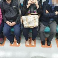 인천지하철에 있는 쩍벌방지용 스티커 jpg