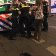 네덜란드 경찰의 만취녀 제압...gif