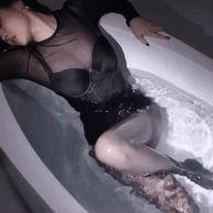 욕조안에서 선미는...