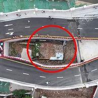 [여기는 중국] 10년간 '알박기'한 中 집주인 때문에.. '기형'으로 완공된 도로