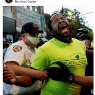 경찰에게 제압당한 흑인 상원의원