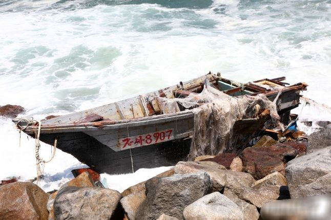 오늘 발견된 북한 무인 목선 사진 공개.jpg